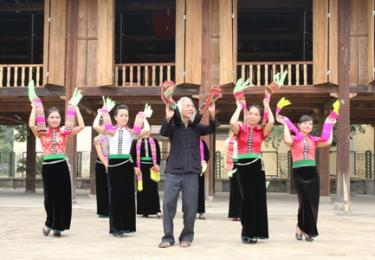 Nghệ nhân Lò Văn Biến truyền dạy những điệu xòe cổ cho thế hệ trẻ. (Ảnh: Thanh Miền)