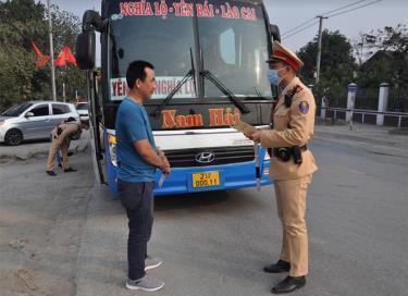 Lực lượng cảnh sát giao thông tăng cường tuần tra, kiểm soát trên các tuyến đường trọng điểm của thành phố Yên Bái.