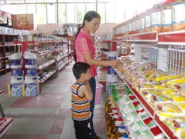 Khách hàng lựa chọn sản phẩm tại cửa hàng tự chọn của Công ty. (Ảnh: Đức Thành)