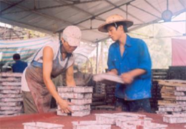 Công nhân Công ty TNHH Trường Phát sản xuất gạch lát hè.
