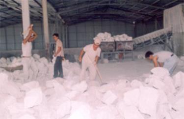 Công nhân nhà máy chế biến CaCO3 thuộc HTX khai thác vận chuyển đá Mông Sơn đẩy nhanh tiến độ sản xuất đáp ứng nhu cầu khách hàng.