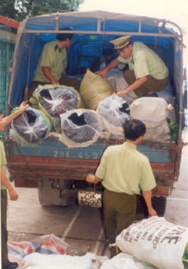 Lực lượng QLTT phát hiện, kiểm tra một xe ô tô chở hàng vải lậu.