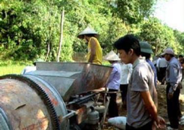 """Lục Yên là địa phương có phong trào kiên cố hóa đường giao thông nông thôn mạnh nhờ phương thức """"Nhà nước và nhân dân cùng làm"""". (Ảnh: Thành Trung)"""