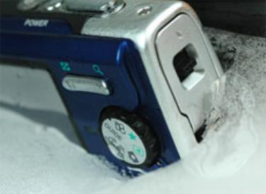 Ngâm máy trong đá lạnh cũng không hề hấn gì. Ảnh: Cnet.