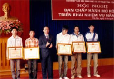 Đồng chí Hoàng Thương Lượng - Chủ tịch UBND tỉnh tặng bằng khen cho các học sinh đạt giải cao tại cuộc thi Sáng tạo thanh thiếu niên toàn quốc.