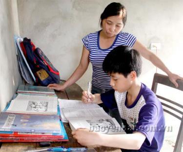 Mẹ Nam là chị Nguyễn Thị Lan luôn quan tâm đến việc học tập của con.