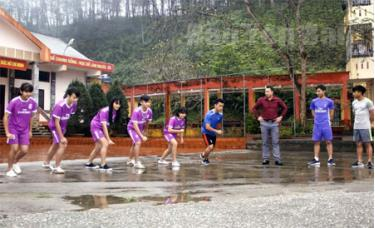 Thầy giáo Cao Văn Long hướng dẫn các vận động viên kỹ thuật thi đấu.