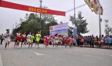 Giải Việt dã truyền thống Báo Yên Bái ngày càng thu hút đông đảo các VĐV nữ tham gia tranh tài.