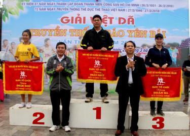 Ban tổ chức trao giải toàn đoàn chính cho các đơn vị xuất sắc.