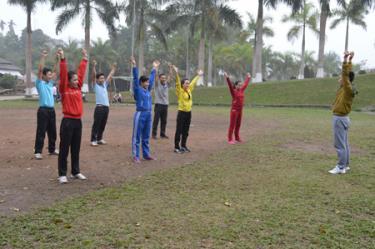 Đoàn vận động viên huyện Trấn Yên thực hiện các bài tập khởi động trước khi bước vào bài tập chính.