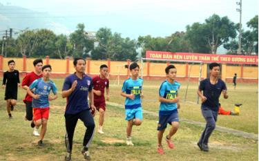 Đoàn vận động viên huyện Văn Chấn tích cực tập luyện trước ngày đua tài.