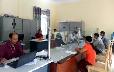 Bộ phận một cửa xã Gia Hội, huyện Văn Chấn được đầu tư phục vụ tốt nhu cầu công việc của người dân.