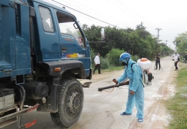 Cán bộ thú y phun thuốc khử trùng phương tiện qua địa bàn Quảng Bình.