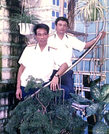 Hai anh Nguyễn Khắc Đông (trái) và Nguyễn Thạc Sơn (phải) chụp ảnh chung tại Lữ đoàn Vùng 4 Cam Ranh trước ngày ra nhận nhiệm vụ Đảo trưởng các đảo thuộc quần đảo Trường Sa.