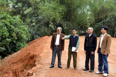 Ông Hoàng Văn Tính (thứ 2 trái sang) cùng cán bộ tổ 12 xuống cơ sở vận động các hộ dân thuộc diện phải di dời, kê khai tài sản chuẩn bị đền bù, giải phóng mặt bằng xây dựng Công viên Đồng Tâm xanh.