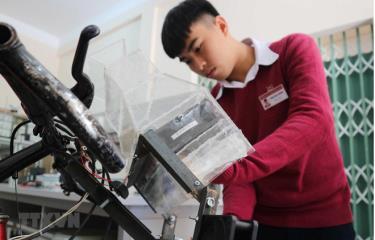 Bộ phận lọc khí 3 lớp - 'trái tim' của hệ thống được gắn trên phần đầu chiếc xe đạp.