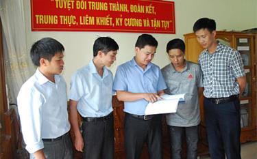 Lãnh đạo Cơ quan Kiểm tra - Thanh tra huyện Mù Cang Chải trao đổi chuyên môn, nghiệp vụ với cán bộ trong cơ quan. Ảnh minh họa