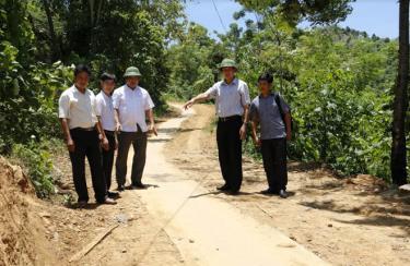 Đồng chí Trần Huy Tuấn - Bí thư Huyện ủy Văn Yên (thứ 2 bên phải) kiểm tra xây dựng đường giao thông nông thôn đặc thù ở xã Lang Thíp.