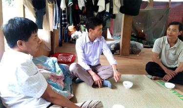 Lãnh đạo xã Cát Thịnh nắm bắt tình hình phát triển kinh tế ở Làng Ca.