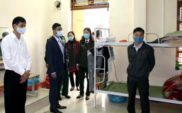 Vice Chairman of the provincial People's Committee Duong Van Tien inspects the conditions at the quarantine facility in Yen Bai Vocational Training College.