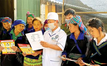Doctors at the medical centre of Mu Cang Chai district instruct local residents in Covid-19 preventive measures