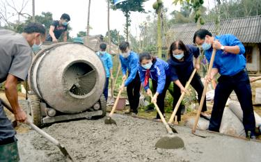 "Yen Bai youths begin the work ""Road to school"" in Tong Cum hamlet, Minh Xuan commune."