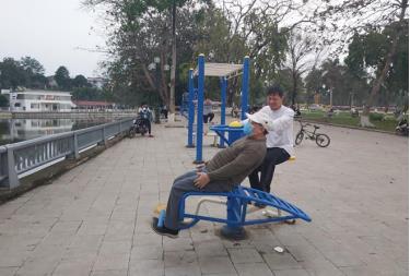 Người dân tích cực tập luyện thể dục thể thao tại Quảng trường 19/8, thành phố Yên Bái.