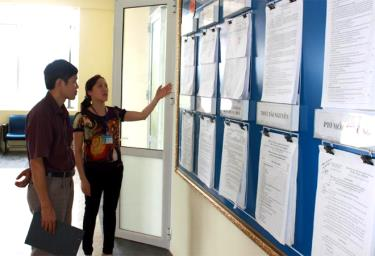 Officials of the Tax Department of Yen Bai city guide tax procedures for taxpayers.