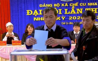 Các đại biểu bỏ phiếu bầu Ban Chấp hành Đảng bộ xã khóa V.