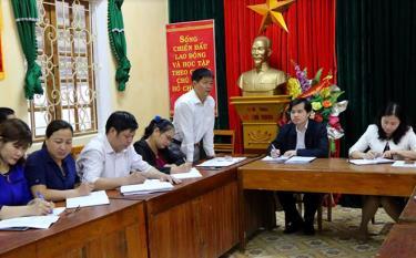 Bí thư Đảng ủy xã Vĩnh Kiên báo cáo với đoàn công tác của huyện về việc chuẩn bị Đại hội Đảng bộ xã, nhiệm kỳ 2020 - 2025.