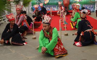 Múa bắt rùa trong tết nhảy của người Dao.