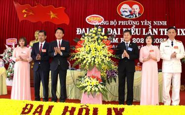 Thay mặt lãnh đạo thành phố Yên Bái, đồng chí Ngô Hạnh Phúc - Bí thư Thành ủy, Chủ tịch HĐND thành phố Yên Bái tặng hoa chúc mừng Đại hội.