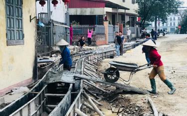 Nhân dân tổ dân phố 1 tự nguyện giải phóng mặt bằng, hỗ trợ nhà thầu nâng cấp cải tạo tuyến đường Đào Tấn.