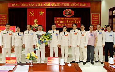Ban Thường vụ Đảng ủy, Ban Giám đốc Công an tỉnh và đại biểu tặng hoa chúc mừng Ban Chấp hành Chi ủy Chi bộ Phòng An ninh chính trị nội bộ nhiệm kỳ 2020-2025.