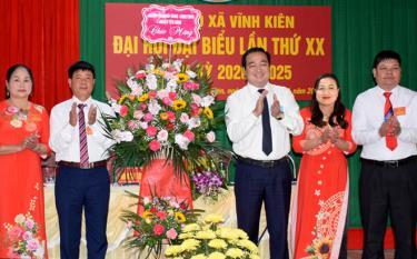Bí thư Huyện ủy Đoàn Hữu Phung tặng hoa chúc mừng Đại hội