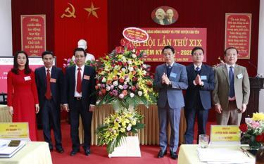 Lãnh đạo huyện Văn Yên chúc mừng thành công Đại hội Chi bộ Ngân hàng Nông nghiệp và Phát triển nông thôn huyện Văn Yên.