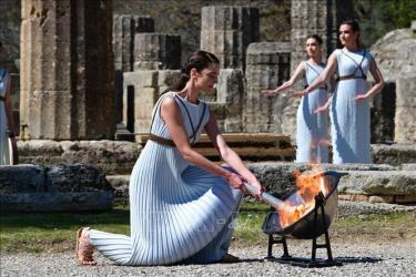 Nữ diễn viên Hy Lạp Xanthi Georgiou thắp sáng ngọn đuốc Olympic.