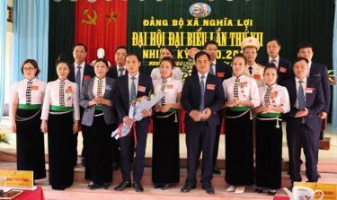 Thị ủy Nghĩa Lộ tặng hoa chúc mừng Ban Chấp hành Đảng bộ xã Nghĩa Lợi nhiệm kỳ 2020 - 2025