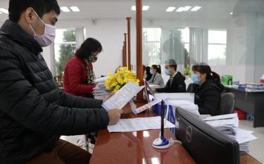 Nhân dân đến giao dịch tại Bộ phận một cửa Bảo hiểm xã hội tỉnh.