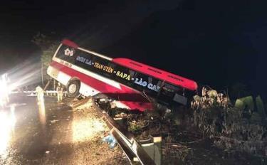 Chiếc xe khách tại hiện trường vụ tai nạn - Ảnh: Facebook.