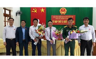 Đồng chí Trần Đông (thứ ba, phải sang) được bầu giữ chức Chủ tịch UBND huyện Trấn Yên