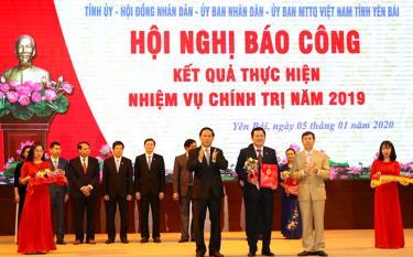 Đồng chí Vương Văn Bằng - Bí thư Đảng ủy, Giám đốc Sở Giáo dục và Đào tạo đại diện nhận phần thưởng tập thể hoàn thành xuất sắc nhiệm vụ theo Chương trình hành động 144 của Tỉnh ủy.