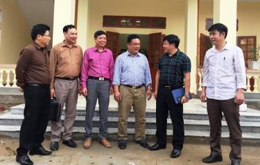 Đồng chí Giàng A Tông -  Ủy viên Ban Thường vụ Tỉnh ủy, Chủ tịch Ủy ban MTTQ tỉnh (mặc áo kẻ màu xanh thứ 2 từ phải sang) trao đổi với các đồng chí cán bộ, lãnh đạo xã Yên Thành (huyện Yên Bình) về công tác phòng, chống dịch Covid – 19.