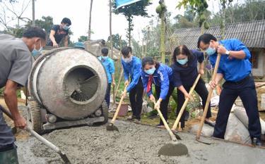 """Tuổi trẻ Yên Bái ra quân khởi công công trình """"Con đường em đến trường"""" tại thôn Tông Cụm, xã Minh Xuân, huyện Lục Yên."""