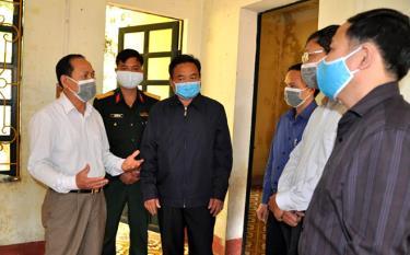 Đồng chí Triệu Tiến Thịnh - Phó Chủ tịch HĐND tỉnh cùng đoàn công tác của tỉnh kiểm tra khu cách ly y tế tại xã Bản Công.
