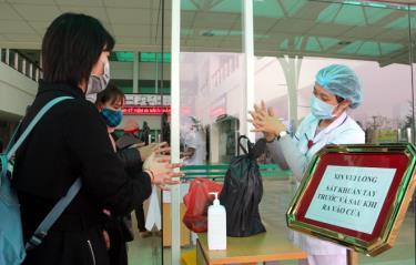 Vào Bệnh viện Đa khoa tỉnh, người dân được rửa tay sát khuẩn và đo thân nhiệt phòng, chống dịch COVID-19.