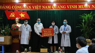 Ủy ban T.Ư MTTQ Việt Nam trao tặng Bệnh viện Đa khoa Hòa Bình 500 triệu đồng để phòng, chống dịch bệnh COVID-19