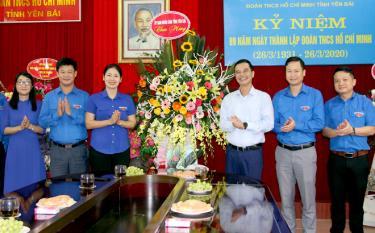 Phó Chủ tịch UBND tỉnh Dương Văn Tiến tặng hoa chúc mừng Tỉnh đoàn Yên Bái nhân kỷ niệm 89 năm Ngày thành lập Đoàn TNCS Hồ Chí Minh.