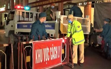 Các lực lượng chức năng thành phố Yên Bái thực hiện lập các chốt, rào chắn cách ly tại cuộc diễn tập tình huống phòng, chống dịch bệnh COVID-19