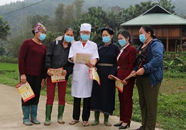 Cán bộ Trạm Y tế xã Việt Hồng hướng dẫn người dân thôn Bản Vần các biện pháp phòng dịch.